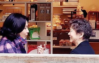刘嘉玲(左)晒出与妈妈合照。
