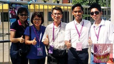 阿都拍兹(右2)每当投票之后,同行动党监票员合照。