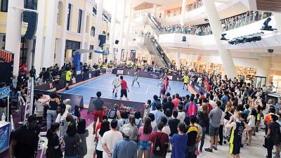 国际篮总3X3篮球世界巡回赛在葛尼百丽宫的赛事吸引民众观望。
