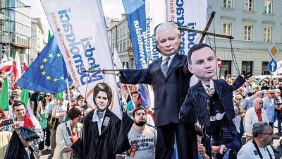 华沙有大批民众上街示威表达不满。(法新社照片)