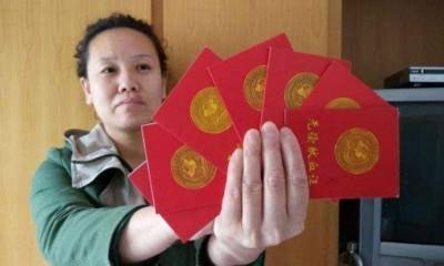 沉玉英展示多张无偿献血证。