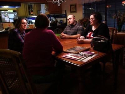 三姐弟与生母(背向镜头)同桌而坐,令人感慨万分。
