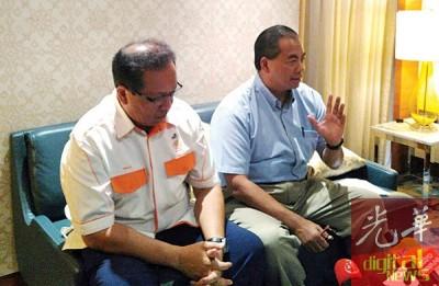阿都阿兹(右)在伊斯迈陪同下召开记者会。