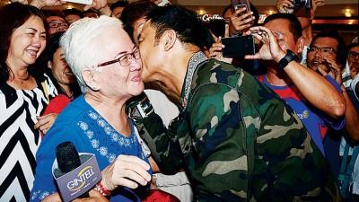亲和力十足的任达华,现场送吻给高龄妈妈祝贺她母亲节快乐。