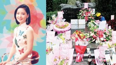 邓丽君逝世21周年纪念日,来自世界各地歌迷献上鲜花摆满筠园。