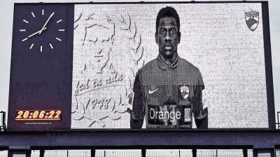 球场大屏幕展示猝死球员帕特里克艾肯之神像。