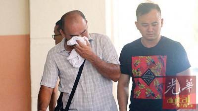 缓易成(左)看着小耀一定的尸体时,不禁掉下伤心泪。