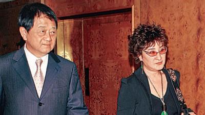 杨丽花(右)与洪文栋昔日常同进同出,他最近爆出有55岁的私生子。