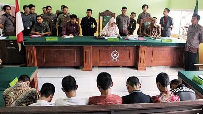 7名被告面对审讯,被判处有期徒刑10年。(法新社照片)