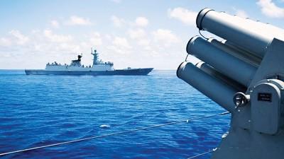 补给演练中,三亚舰为正在接受补给的合肥舰担负警戒。