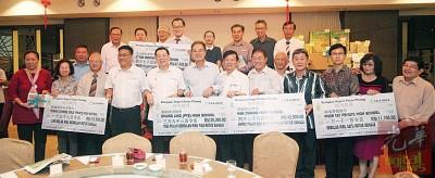许海明(左3)、黄汉伟、林冠英、拿督谢国培、曹观友、林峰成等人与各校代表合照。