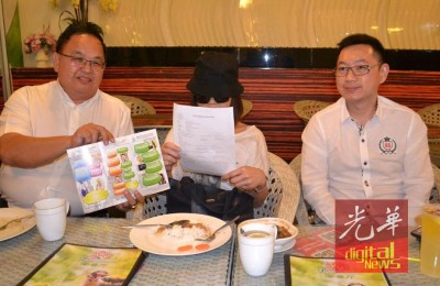 王权仁(左)以及林程进陪洪女士开记者会,告脸书男子再次出现继续诈骗。