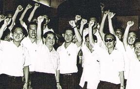 """创党后不久,林苍祐与槟州民政党同志共同高呼民政口号""""万众一心""""。"""