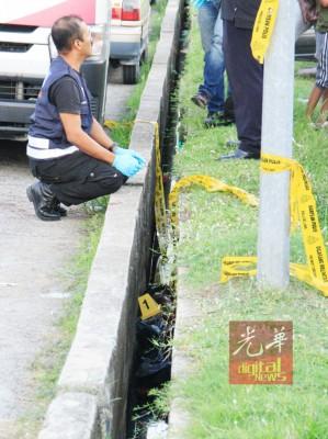 死者遭刀手硬塞只生大约40公分宽的狭隘沟渠。