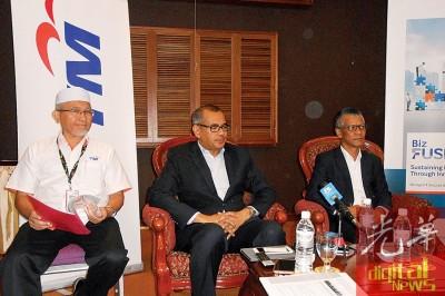 阿末阿扎里透露,马电讯今年将在槟州落实3万7000条的Unifi高速宽频服务。左起为阿末阿扎里、旺阿曼及阿斯曼尤索。