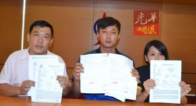 邱国兴(面临)和夫人莫晓婷(右)连同罗思义州议员召开记者会。
