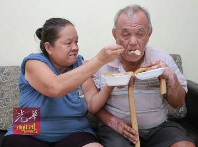 一盒饭不单是俩老吃,还要省着作为三餐来吃。