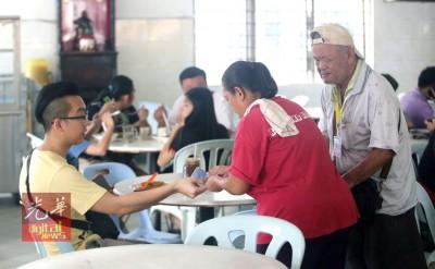 曾贵基和潘金玲感谢茶室里的好心食客给予的捐助。