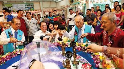 黄伟益在骆福汉、邱吉寿、李文和等陪同下举行浴佛仪式。