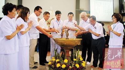 林冠英、林峰成、彭文宝、洪铷鸿、陈宗喜在彭文宗及理事们的陪同下进行浴佛仪式为卫塞节庆典掀幕。
