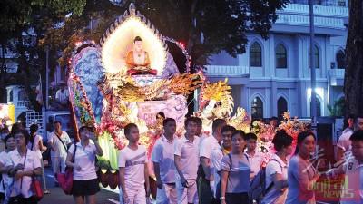 2016年卫塞节面对佛游行,抓住数以千计信徒和群众与。