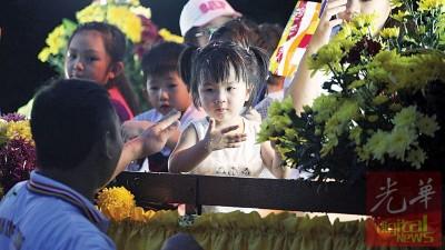 动人逗趣的粗女生参与迎佛游行,宪章喜充满。