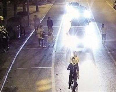 一行人倒以街道上,挡后方交通。