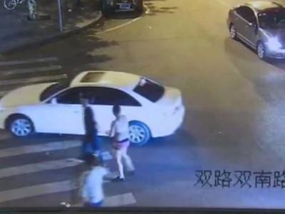 事发时杨男身穿女性内衣裤,手被捆绑。
