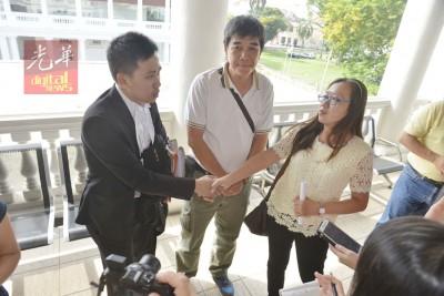 死者黎秀凤二哥黎锡米和姐姐黎帝兰,于旁听律师何良丰代表感谢。