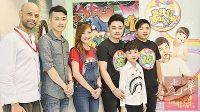 黄佩仪(中)与她的制作团队合照,左起为艾顿、佑志、傅欧俊和张育权。