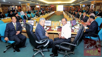 阿末扎希(左2)星期一于霹州政府大厦与赞赏比里(右)跟领导们进行江沙发展计划会议。