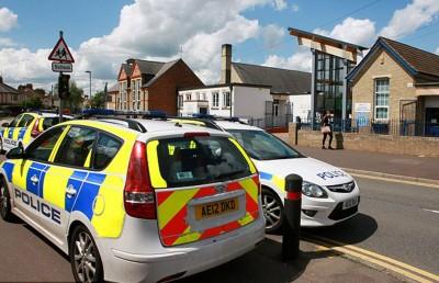英国警察进驻接炸弹恐吓的学校调查。