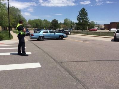 美国警察在受影响学校附近监视。