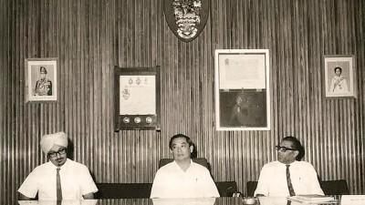 首长林苍祐与时任州财政司,后受委槟州发展机构首任总经理的仄星(左)和时任市议会秘书拉贞德拉(右)出席1970年市议会的一项会议。