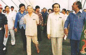 槟城大桥正式通车典礼上,首相马哈迪与首长林苍祐和工程部长三美威鲁在大桥中段步行。