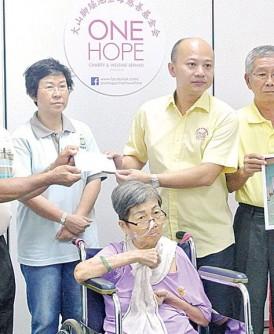 50万令吉医药费筹足,蔡瑞豪(右3)宣布停止筹款活动,家属及王国慧(左3)感谢众人的捐款及祈福。