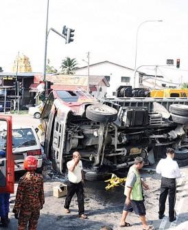 柔府十字路口周二早上发生罗里翻车压中客货车的意外。