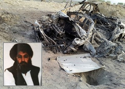 曼苏尔(小图)坐车途中被美军炸死。