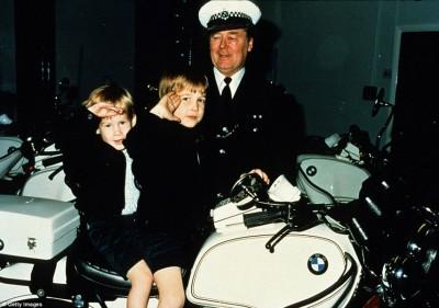 威廉(前右)儿时亦曾登上摩托车。