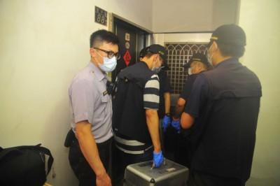 警方发现五口烧炭,拉封锁线勘验。
