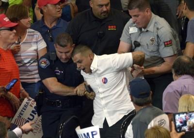 护卫人员带走示威者。
