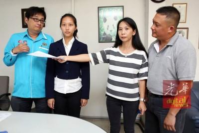 白玉慧(左3)示范考官当时因手背碰胸部的姿态移交评分卷给邢俽(左2)。左为郑志文,右是邢增文。