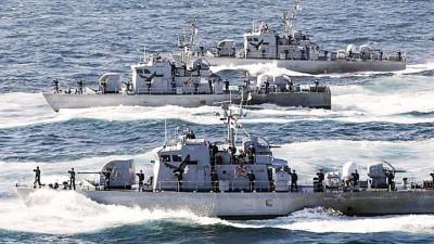 负责北方界线保安的韩国巡逻艇向入侵领海的朝鲜船只鸣枪示警。