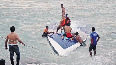 出事观光快艇翻沉。