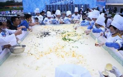人人即会分享重量达3000公斤的特大型芒果冰淇淋。