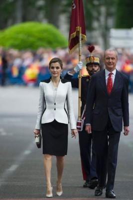 王后莱蒂齐亚(左)与防务大臣比特罗(右)亦有参与庆典。(法新社照片)