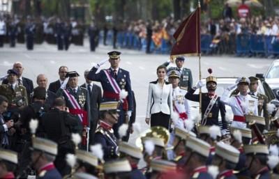 西班牙国王费利佩六世向军人敬礼。