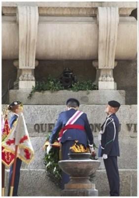 国王向军人献上花圈。(法新社照片)
