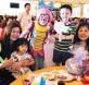 偶尔在公共场合及宴会客串演出,彩虹小丑深得大人小孩欢喜。