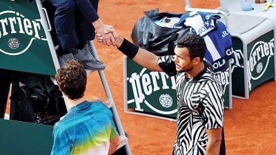 特松加(右)万般无奈因伤害退赛。